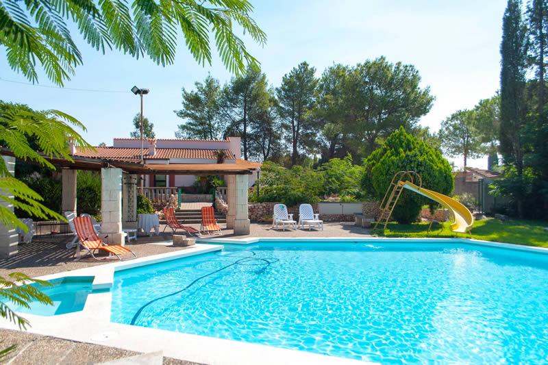 Trilocale con piscina affitti nel salento a specchia for Immagini ville moderne con piscina