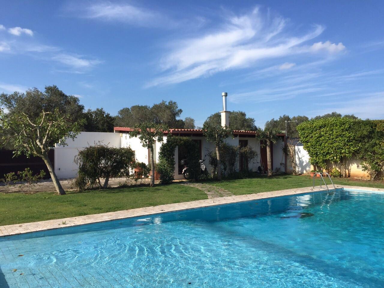 Villa con piscina e giardino a casarano - Giardino con piscina ...